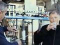 实拍比尔盖茨饮用经过净化处理的粪水 (155播放)